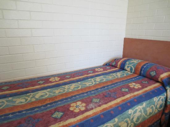 Byron Motor Lodge Motel : Twin bed with cover- not as presented