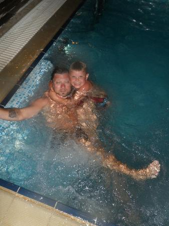 Horizon Line Villas: Night swimming in our pool Martin & August.