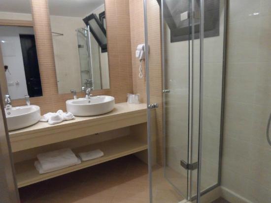 Nana Beach Hotel: bathroom