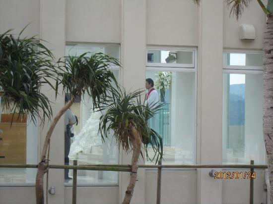 Okuma Beach: 丁度、結婚式が~~! お幸せに~~*