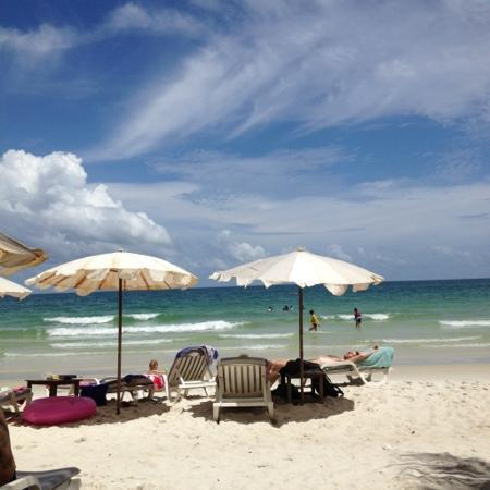 Sai Kaew Beach Resort: relax on the beach with the blue sky !