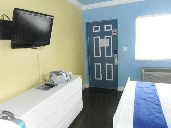 Hollywood Beach Suites, Hostel and Hotel: room