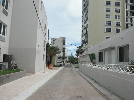 Hollywood Beach Suites, Hostel and Hotel: back road between broadwalk and hotel