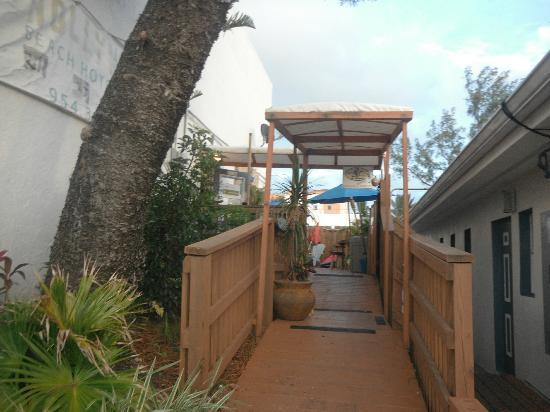 Hollywood Beach Suites, Hostel and Hotel: walkway to office