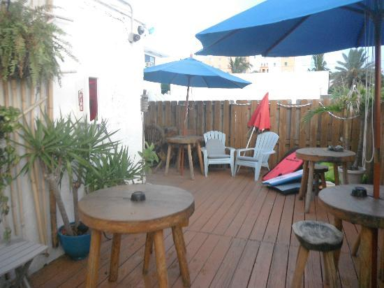 Hollywood Beach Suites, Hostel and Hotel: boogie board and sitting area