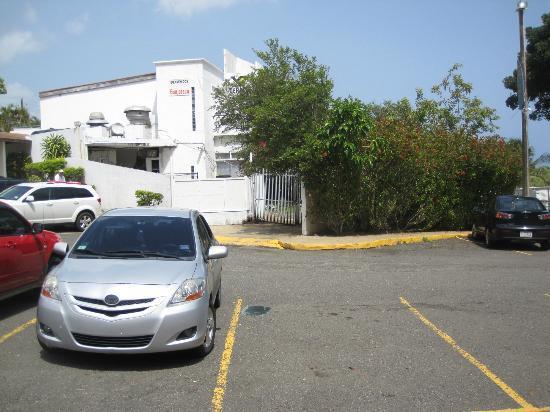 Hotel El Guajataca: estacionamiento inseguro