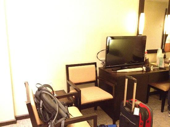 Hotel Sri Petaling: TV and two chairs for seating and chatting