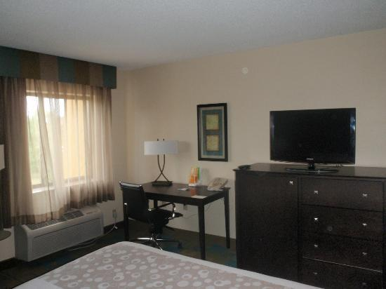 La Quinta Inn & Suites Plattsburgh: office desk, flat screen tv