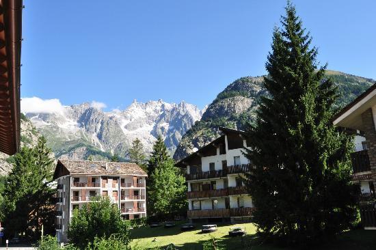 Hotel Club Mont Blanc : dalle finestre lato posteriore questa è la vista