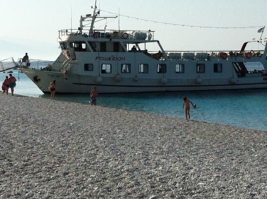 Koukounaries Beach: Båten kjører helt til land