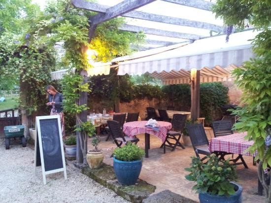 Le Chevrefeuille : Outdoor dining area