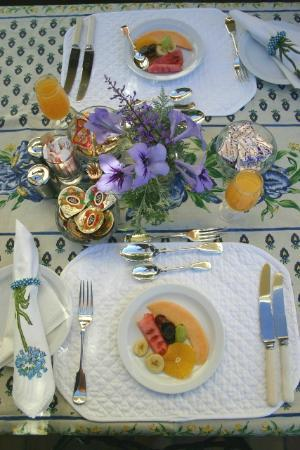 Valley Heights Guest House: Breakfast Table setting