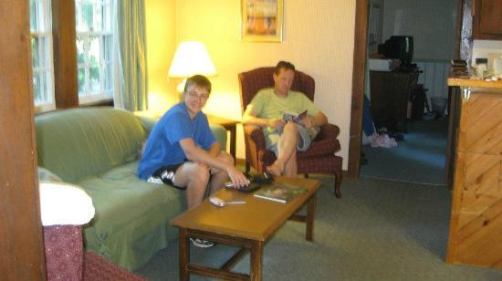 Sky Valley Motel & Cottages: Relaxing in the living room