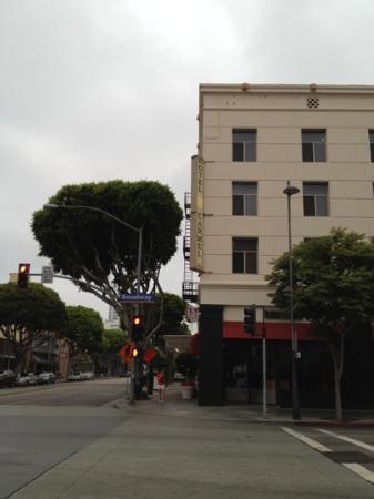 Hotel Carmel: サンタモニカプレース側から