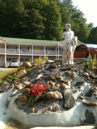 Ludlow Colonial Motel: Grounds of the Best Western Ludlow