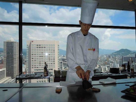 Hotel Granvia Hiroshima: el cocinero preparando la carne