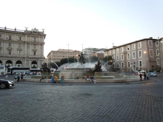 Hotel Principe Amedeo: Muy cerca de la Plaza de la Republica