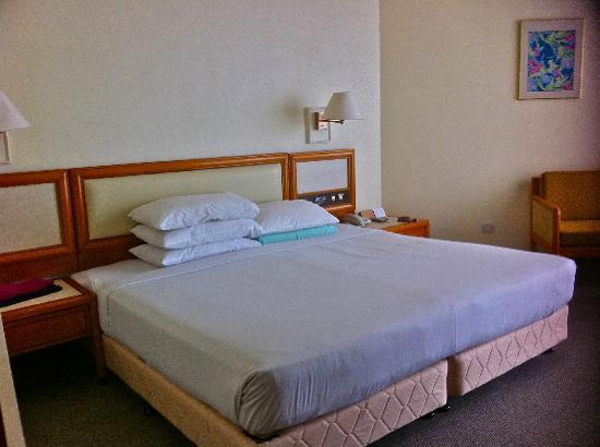Copthorne Orchid Hotel Penang: King size bed - Mattress is hard. A/C's very noisy like a lawn mover.