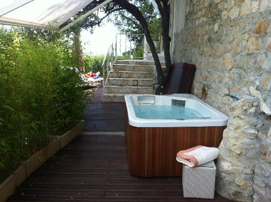 Terrasse avec jacuzzi transats et table photo de for Piscine louviers