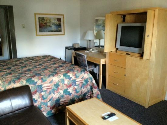Eastglen Inn: King Suite