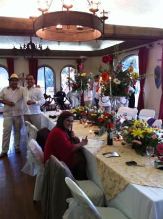 Castillo Santa Cecilia Hotel: durante la recepcion el novio con los invitados