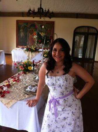 Castillo Santa Cecilia Hotel: la novia checando los detalles de la decoracion