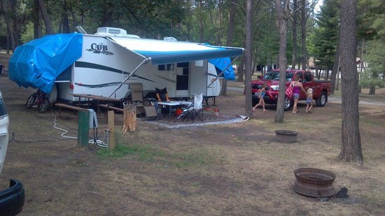 Sherwood Forest Camping & RV Park: Eric's campsite with rain-proofing tarps