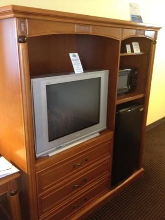 Days Inn Sacramento Downtown: tv fridge
