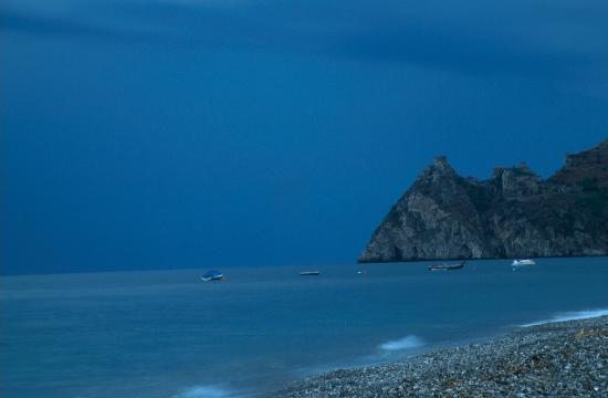 Camping La Focetta Sicula: Vista notturna dalla spiaggia del Capo S.Alessio