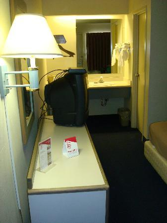 Motel 6 Kansas City: Dresser / Vanity Area