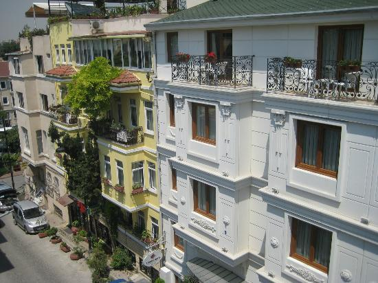 Sultans Royal Hotel: The street view from the balcony