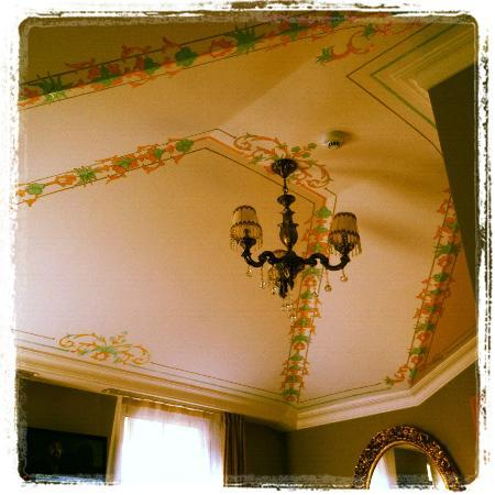 Sultans Royal Hotel: Painted ceiling of our suite