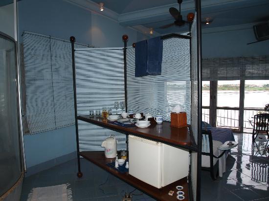 Beau Rivage Mekong Hotel: Zona de bar y cafe de la habitación