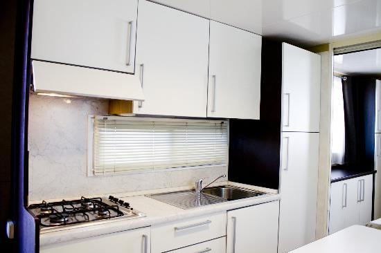 Camping La Focetta Sicula: Cucina interna dotata di utensili, stoviglie e pentolame.
