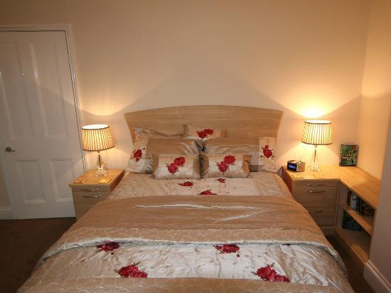 Barbican House: Self Catering Apartment king size bedroom