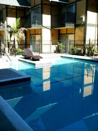 Kronborg Inn: Pool and courtyard