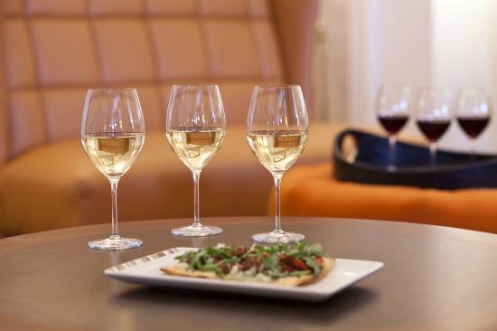 Paramour at Wayne Hotel: Wine Flights & Flatbread