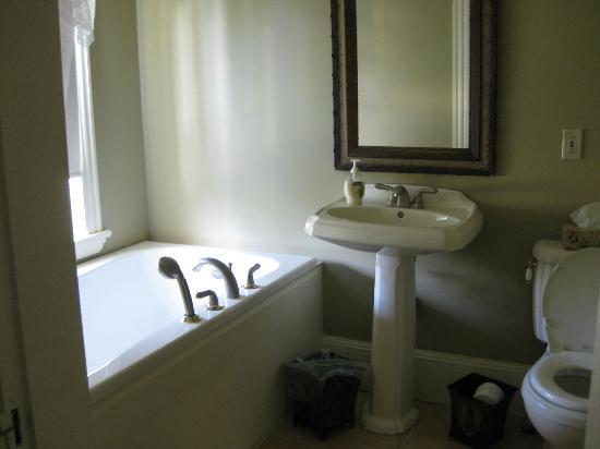 Bell View Luxury Suites: ensuite bathroom of Room 5