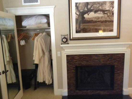 Fess Parker Wine Country Inn: Robes and fireplace in the room