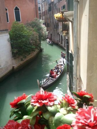 Hotel Casa Petrarca: Vista al canal desde la habitación