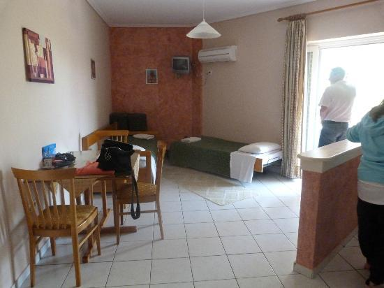 Sun Rise Hotel Studios & Apartments: Living/dining area with extra beds and TV