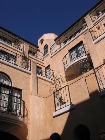 Garden Court Hotel: Exterior (view from courtyard)