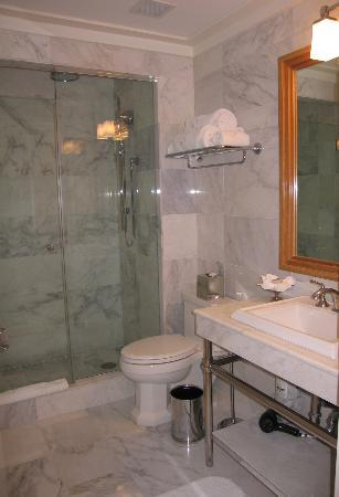 Garden Court Hotel: Bathroom