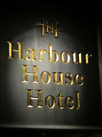 Harbour House Hotel: Sign at Night
