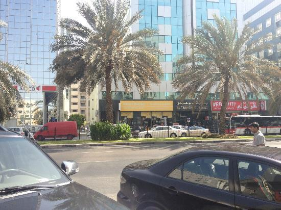 ‪فندق فور بوينتس: Restaurants opposite the hotel‬
