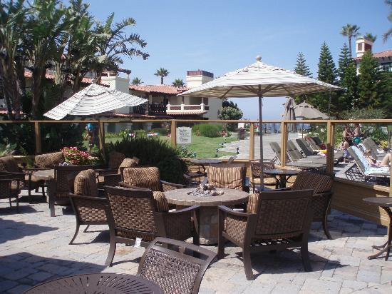 Embassy Suites by Hilton Mandalay Beach - Hotel & Resort: Platz für Lavasteunfeuer (abends), Aussenterasse der Bar