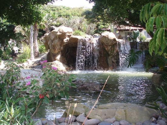 Embassy Suites by Hilton Mandalay Beach - Hotel & Resort: Felsen / Poollandschaft