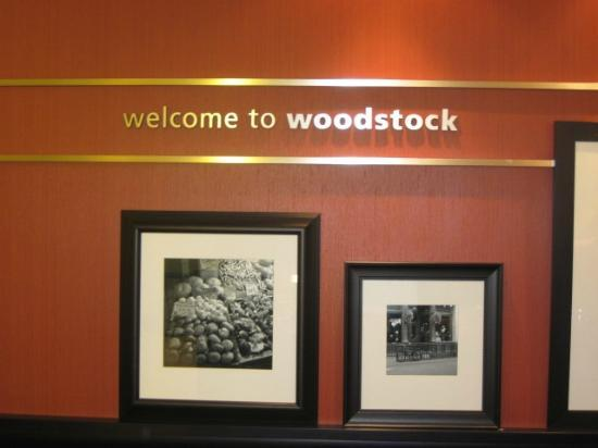 Hampton Inn & Suites Woodstock: Check in desk