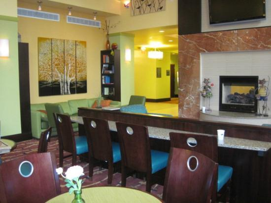 Hampton Inn & Suites Woodstock : Fireplace/Common room