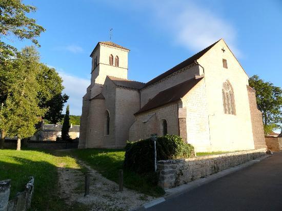 Hotel Les Grands Crus: The church close-by